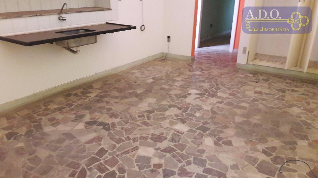 sobrado: piso superior com 02 amplos dormitórios, sala, copa/cozinha, banheiro e área de serviço.piso térreo 02...