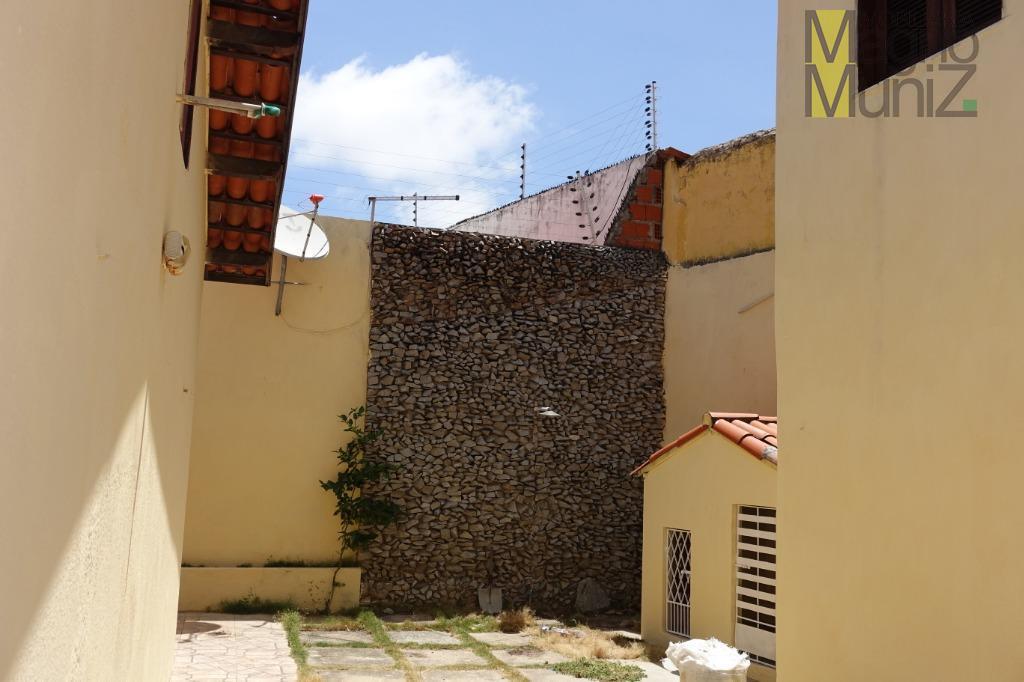 casa plana muito espaçosa com apartamento separado.localizada na rua pascoal de castro alves, quase esquina com...