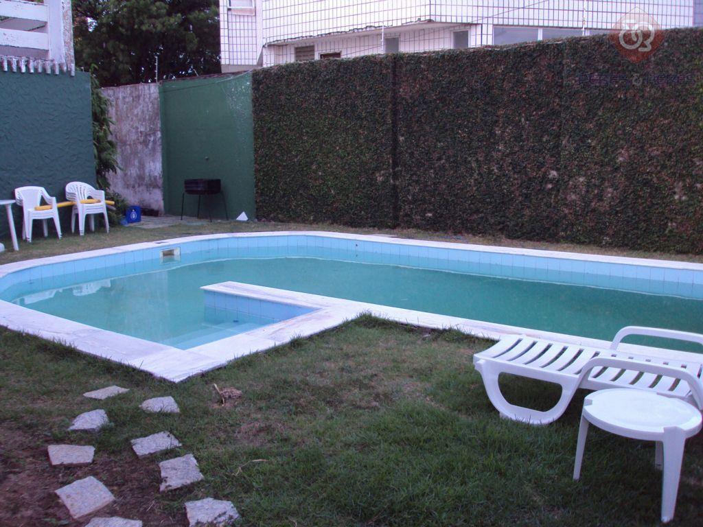 Casa com piscina em capim macio