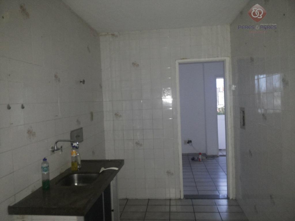 apartamento bem localizado, 03 quartos, sala, varanda, cozinha, área de serviço. próximo a paradas de ônibus,...