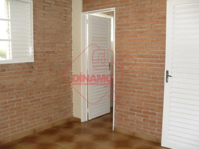 02 suítes (box), sala, cozinha, wc de serviço, área de serviço. não tem garagem.