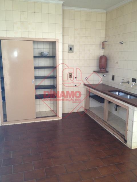 04 dormitórios (suíte/armários), sala, sala tv, wc social (gabinete/box), copa, cozinha (armários), 02 despensas (prateleiras), dependência...