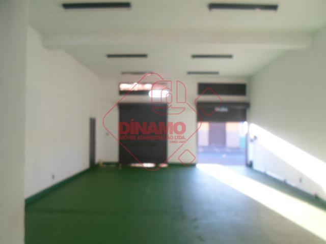 salão medindo +/- 80 m²., 02 banheiros, escritório, área serviço.