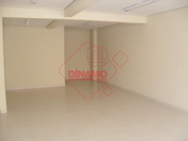 sala +/- 35 m², 1 banheiro.