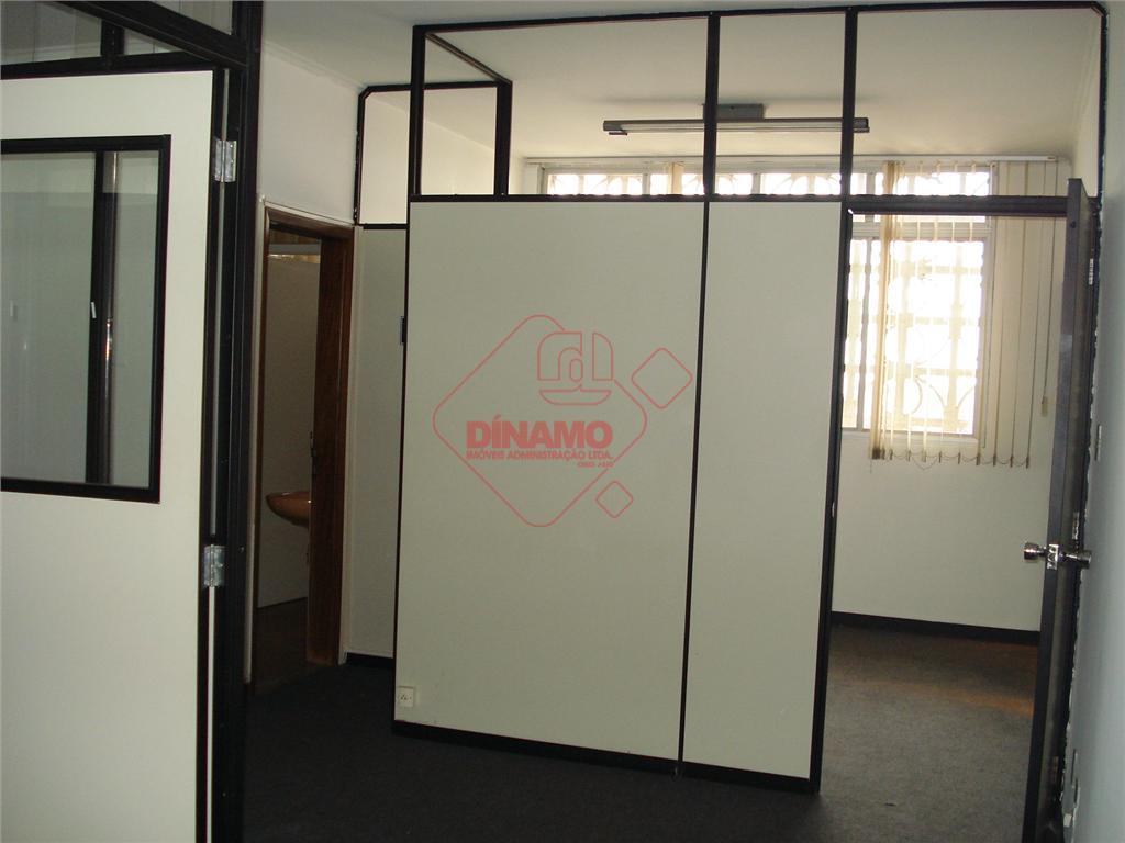 sala +/- 60m², wc, garagem, sala dividida em quatro ambientes com divisórias.