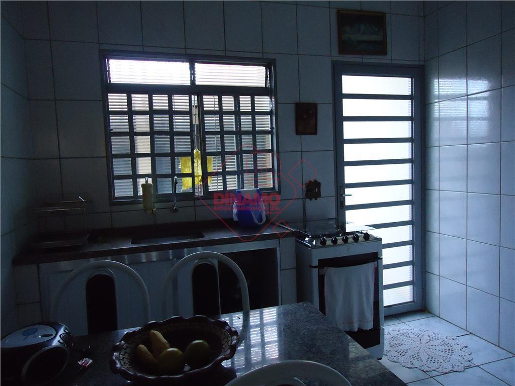 2 dorms., sala, wc. social, cozinha (armários), área serviço, 2 vagas garagem descobertas, piso frio, edícula...