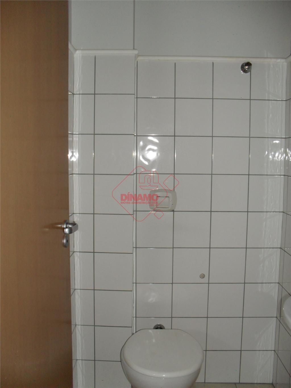 sala medindo +/- 25 m², lavabo.