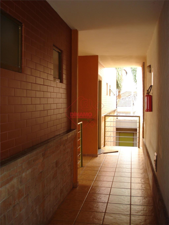 sala +/- 10 m², sala +/- 14 m², banheiro.
