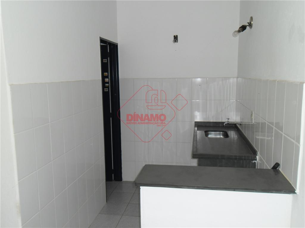 sala +/- 60 m², banheiro privativo, copa.