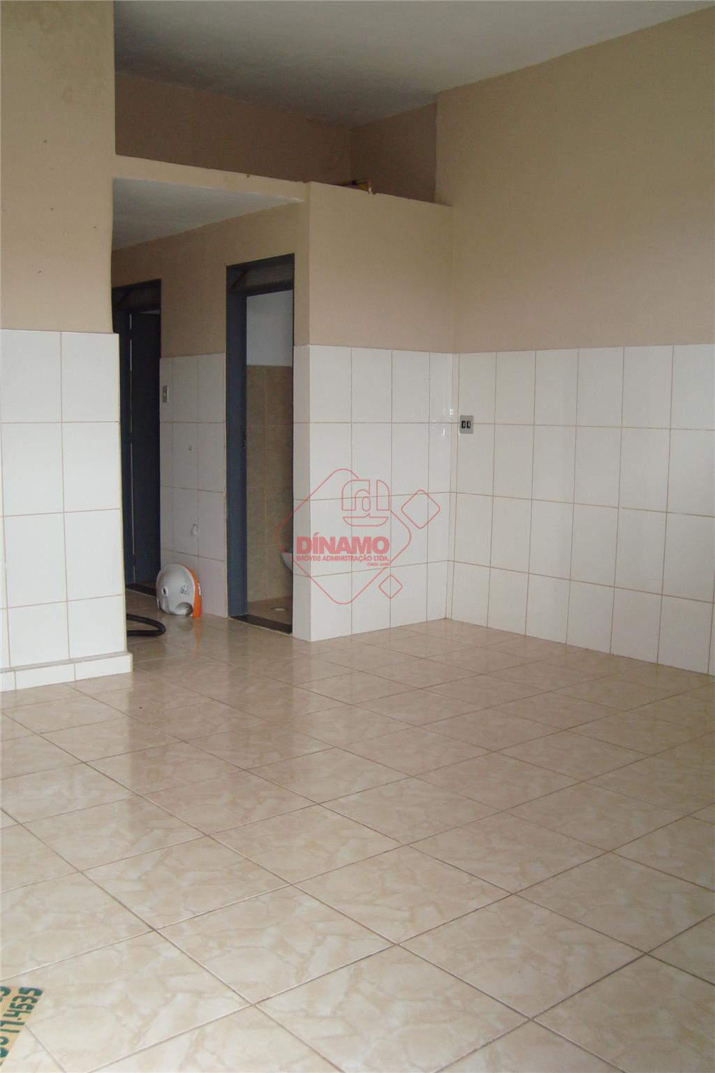 salão medindo +/- 30 m², pia, 02 banheiros, porta aço.
