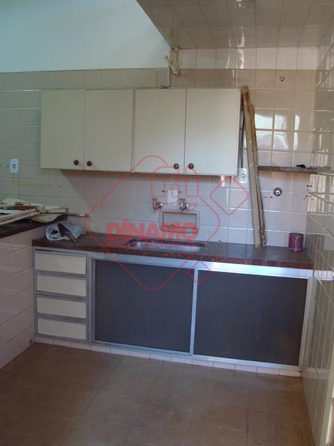 1 sala +/- 24 m²; 1 sala +/- 15 m² (recepção); 1 sala +/- 6 m²;...