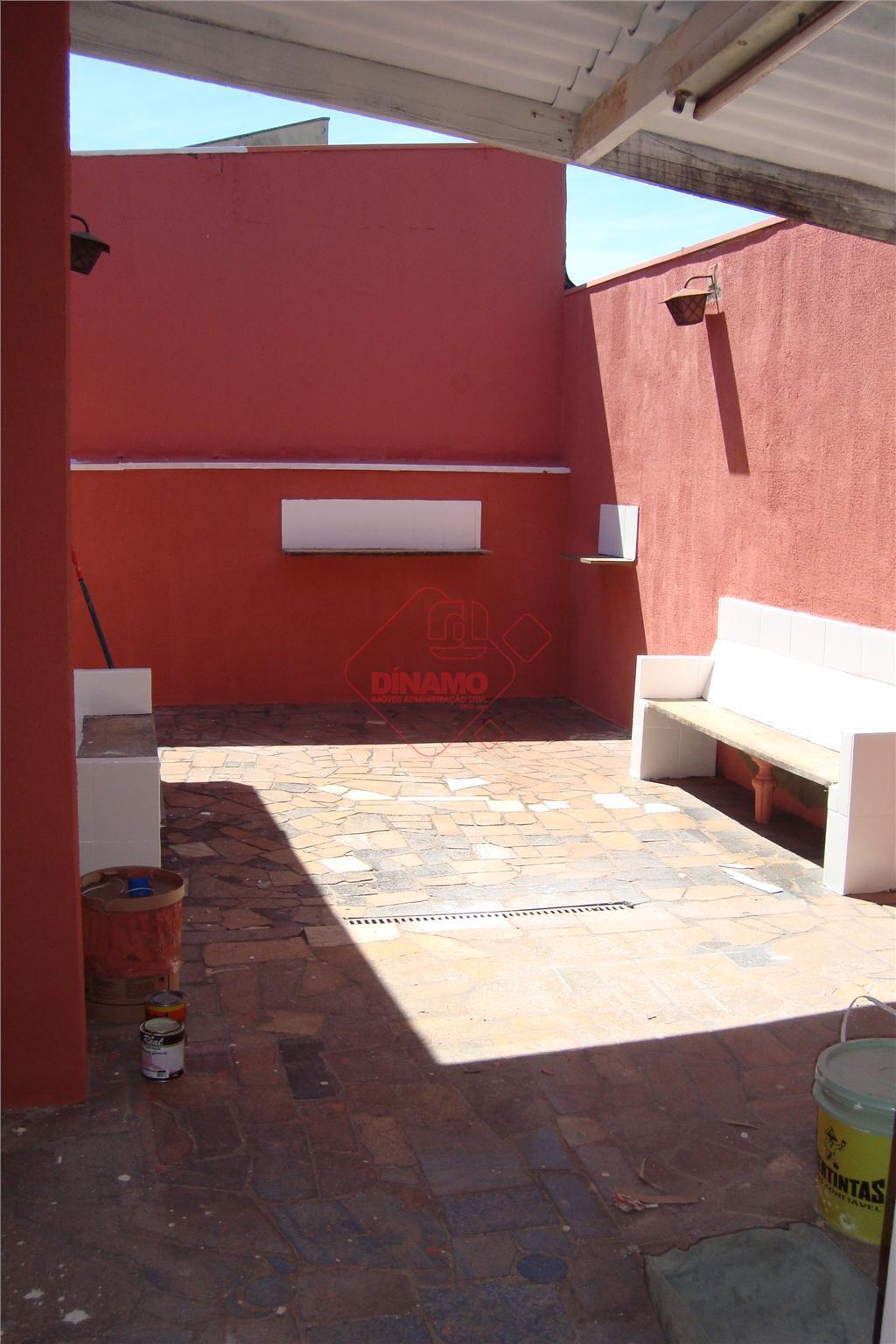 3 dorms.(suíte c/ box) armários, 2 salas (ventiladores), wc. social, copa-cozinha(gabinete), área serviço, quintal (bancos alvenaria),...