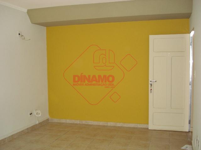 sala medindo +/- 18 m², wc privativo.