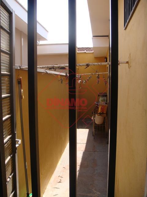 reformada, 3 dorms.(suíte) armários, sala, copa(armários), cozinha, área serviço coberta, quintal pequeno, 2 garagens cobertas.