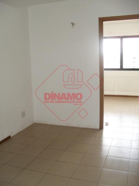 01 sala medindo +/- 49 m², 02 banheiros, 01 copa, 01 vaga de garagem.