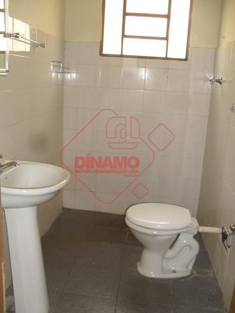 01 dormitório, sala, wc social, cozinha, área serviço, quintal, garagem p/ moto.
