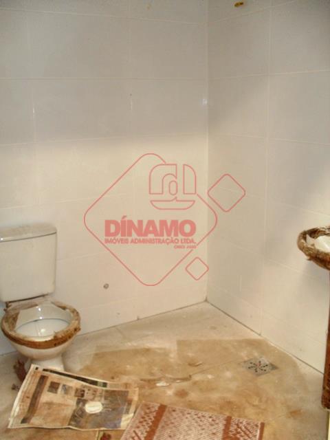 galpão +/- 392 m², 02 banheiros, a´rea de serviço, estacionamento, porta de ferro.