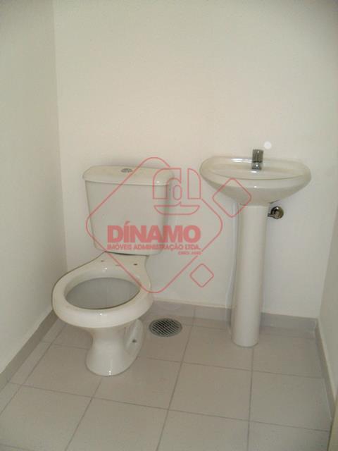 recepção, segurança, 01 vaga de garagem, 02 banheiros, sala +/- 43m²