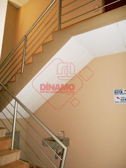 sala medindo 18 m², banheiro, recepção, estacionamento.