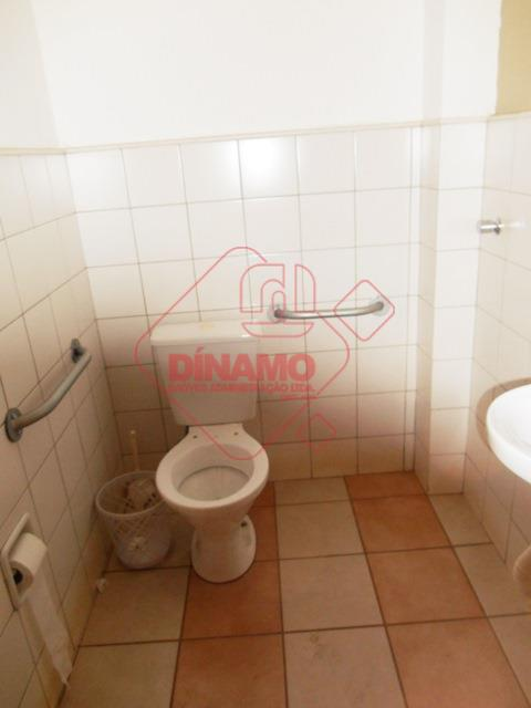sala medindo 17,96 m², banheiro, recepção, estacionamento.