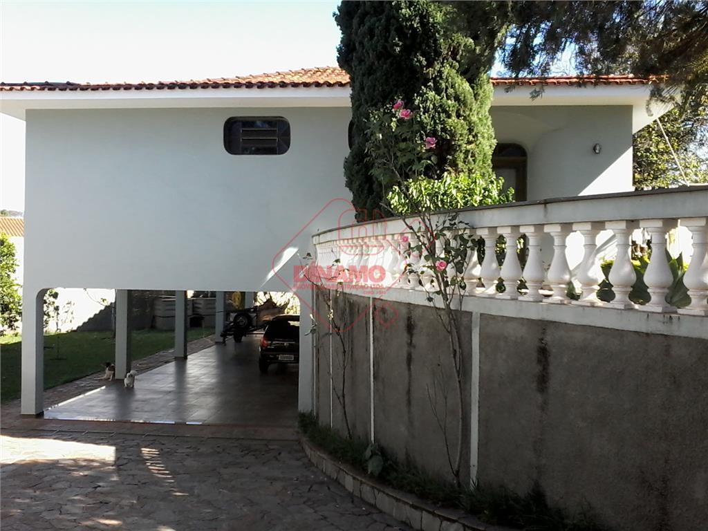4 dorms.(suíte) armários, salas amplas, wc. social, 2 cozinhas (armários), área serviço, quintal, 10 garagens (6...