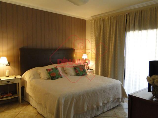 3 dorms. (1 c/ armários), e suíte c/ banheira/blindex/armários), 2 salas (living/tv), lavabo, wc social (armário/blindex),...