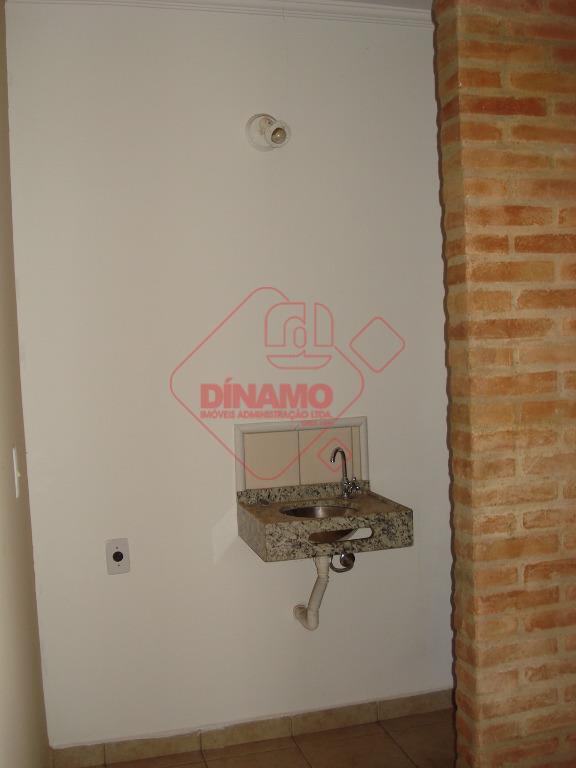 01 sala medindo +/- 23 m² dividida em 02 ambientes, 01 wc privativo.