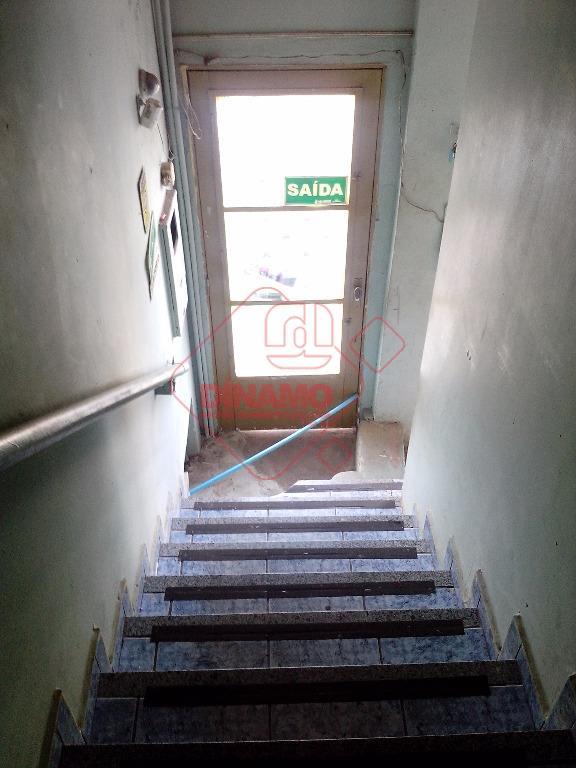 01 sala medindo +/- 56 m², 01 banheiro, área de serviço, copa.