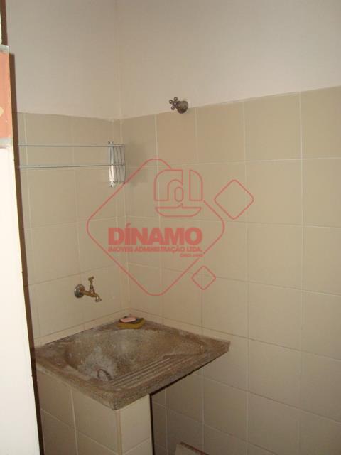 01 dormitório com 3 camas de alvenaria e prateleiras, sala, wc social, cozinha, área de serviço.