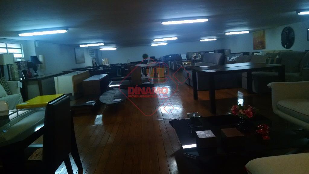 ótima localização, 2 lances, 3 banheiros, copa, 4 garagens cobertas, piso laminado, terreno = 550 m2,...