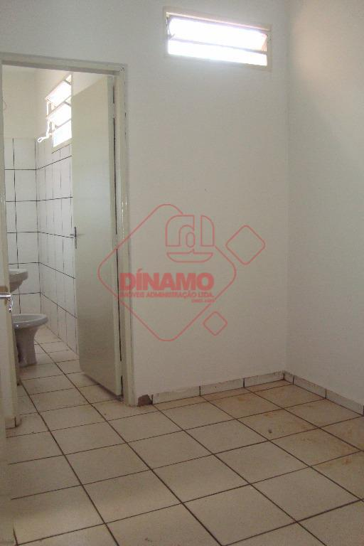 salão com mezanino, recepção, banheiros, cozinha.
