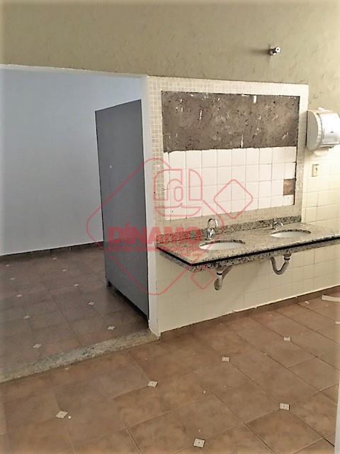 salão amplo, salas para escritório, banheiros (feminino/masculino), copa.