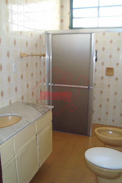 3 dormitórios (suíte, armários), 2 salas, wc social (gabinete/box), cozinha (armários), área de serviço, 4 vagas...