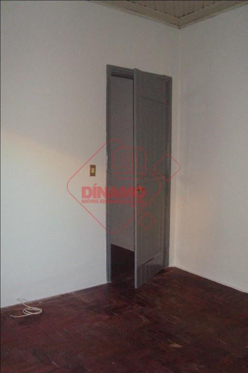 01 dormitório, sala, wc social, cozinha, área de serviço, não tem garagem.