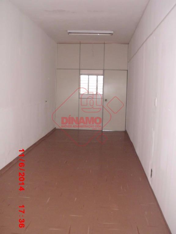 sala medindo +/- 2x13 com divisória e com porta, banheiro privativo.