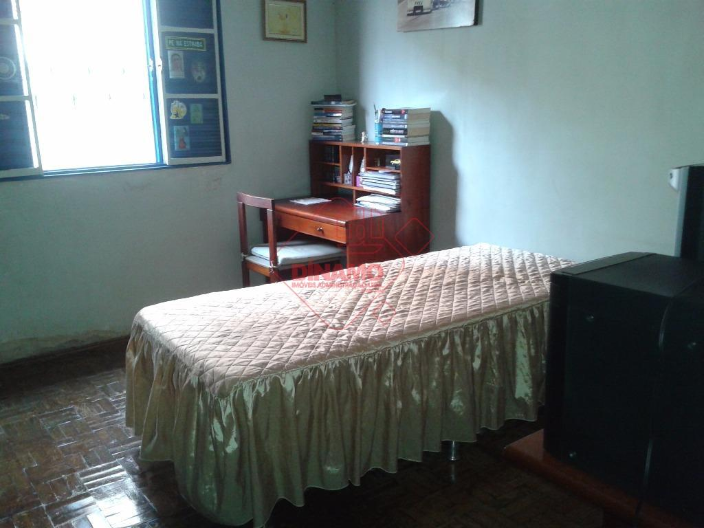 3 dorms. (2 com armários), sala, wc social, cozinha, área serviço com wc, quintal, wc empregada,...