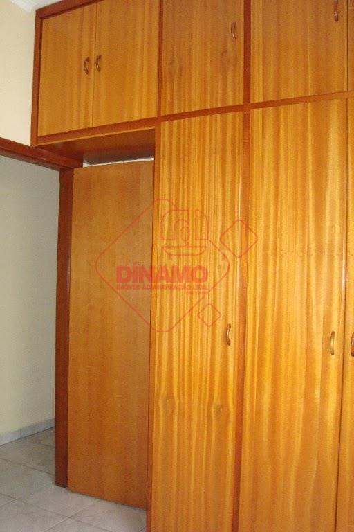 3 dorms. (suíte) armários, sala, wc social, cozinha (gabinete), área serviço, garagem coberta.
