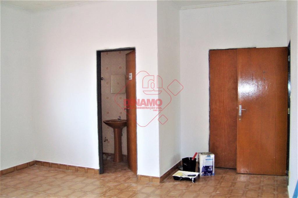 01 sala medindo +/- 30 m², 01 banheiro.