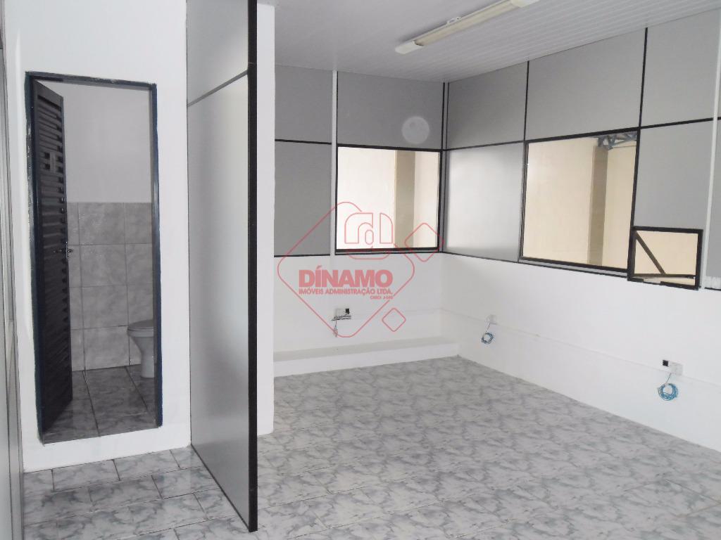 galpão medindo +/- 432 m² com portão articulado, pé direito de 6 mts, piso de concreto...