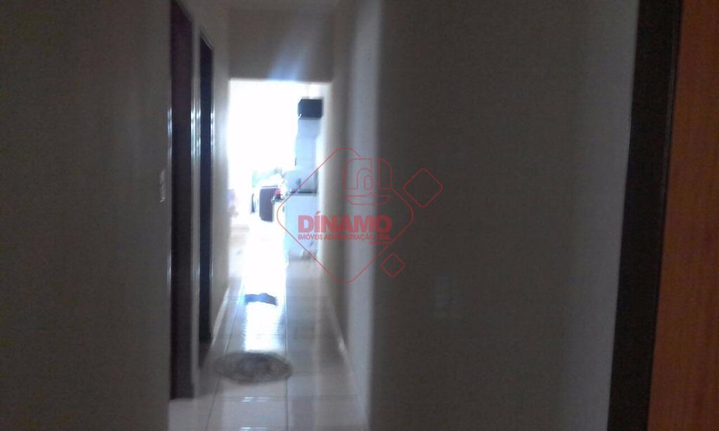 2 dorms., sala, wc. social, cozinha, área serviço, quintal(cimento), 2 garagens.