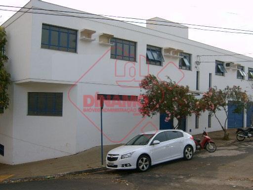 sala medindo +/- 55 m², copa, banheiro privativo.