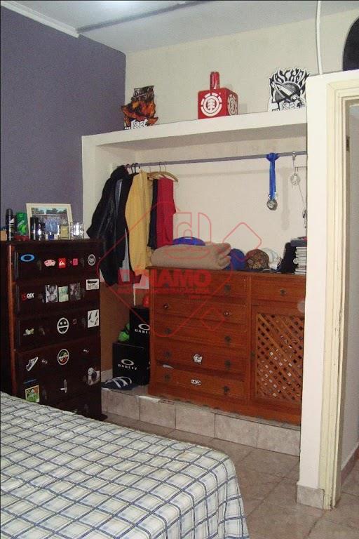 boa localização, 2 dorms.(armário/ventilador), sala, wc. social, copa, cozinha(gabinete), área serviço, quintal, quarto/wc. empregada, 2 garagens(1...