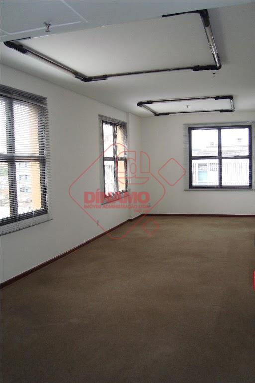 sala medindo +/- 39 m², 02 banheiros, copa, 01 vaga de garagem.