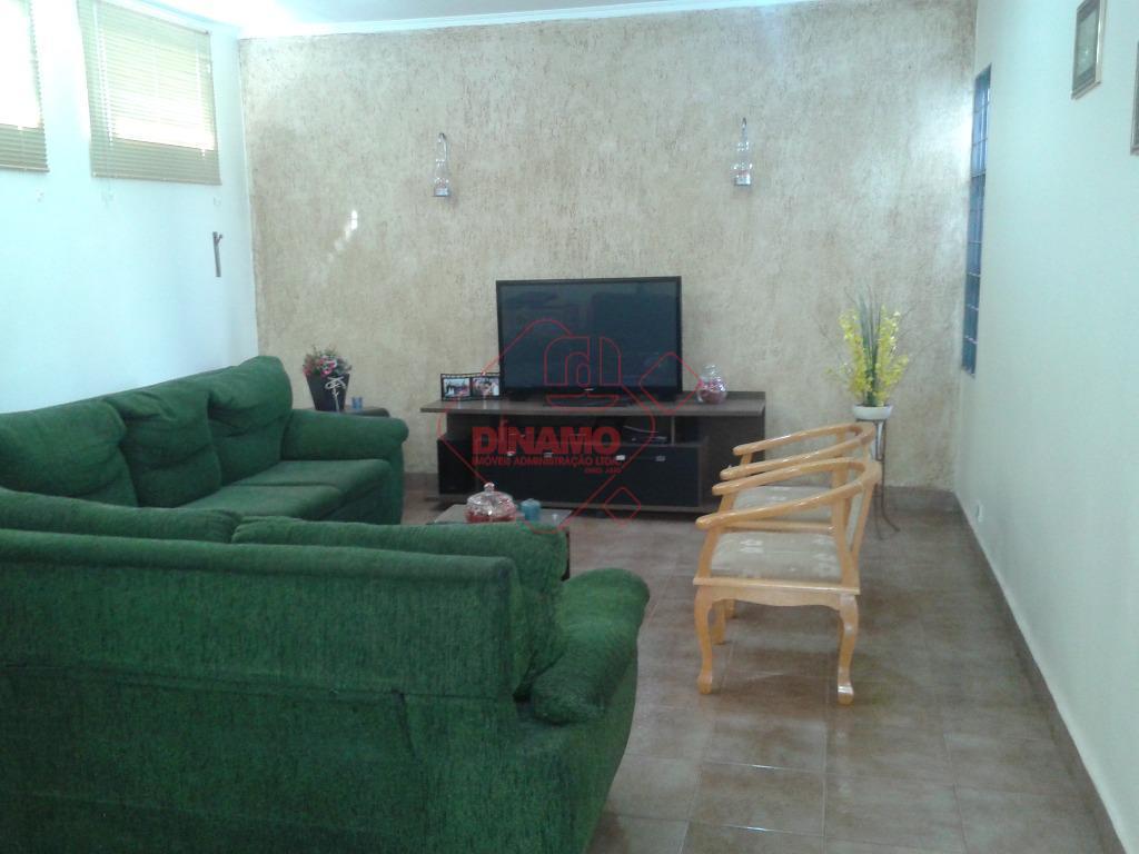 2 dormitórios (suíte c/ box), sala, wc social, varanda, copa-cozinha, área serviço, quintal, quarto empregada, wc...