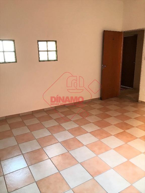 sala medindo +/- 12 m²., banheiro, recepção, estacionamento.