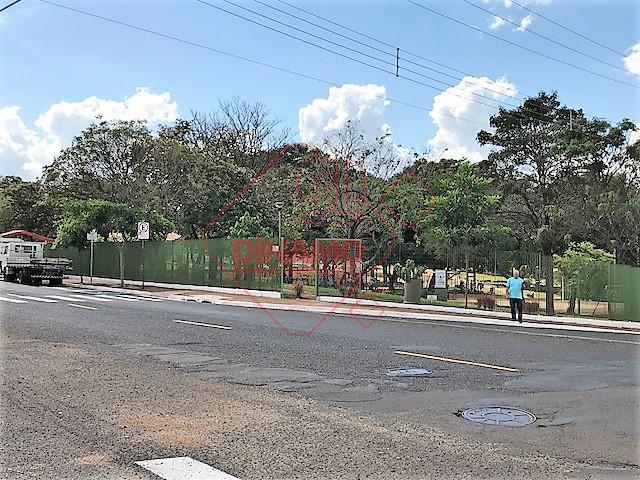 02 dormitórios, sala, wc social, cozinha, área serviço, quintal, garagem p/ 02 carros.
