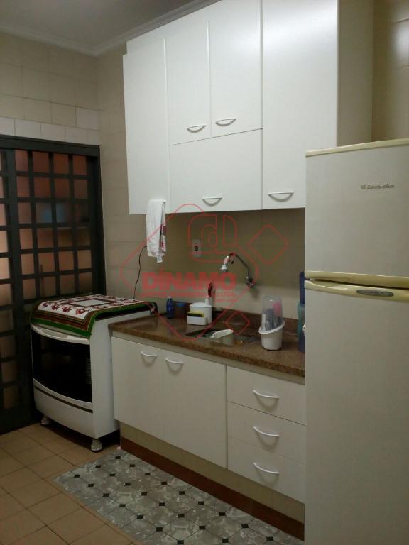 2 dorms.(suíte c/ box acrílico) armários, sala 2 ambientes, cozinha (armários), área serviço, quintal, wc. empregada,...
