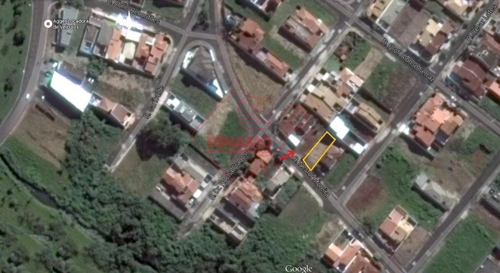 terreno medindo 10 x 30 = 300 m2.