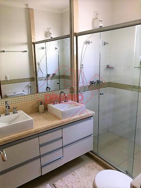 lindo sobrado, 03 dormitórios (01 suíte c/ closet), armários, sala 02 ambientes, escritório, lavabo, wc. social...