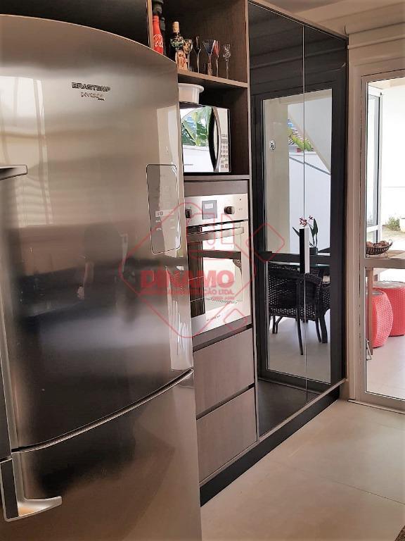 03 dormitórios (01 suíte), rico em armários, sala 2 ambientes, escritório c/ armários, lavabo, wc. social...